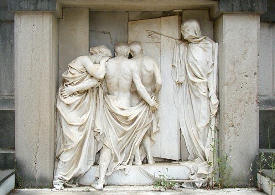 Cementerio de Guadalajara. La vida (hierba) se abre camino entre la piedra y bajo los pies de la muerte