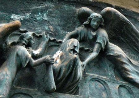 Los ángeles sacan al muerto de la tumba, suponemos que para llevarlo al cielo.