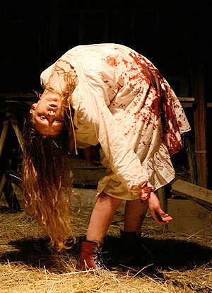 El último exorcismo. Ashley Bell y las contorsiones imposibles.