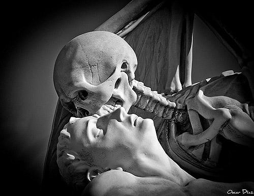 El beso de la muerte. Fotografía de Óscar Díaz