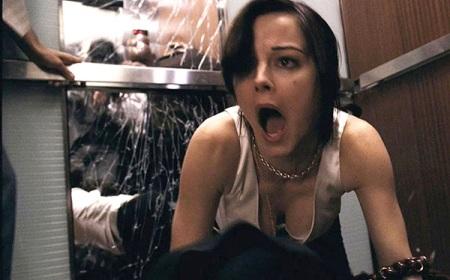 La trampa del mal. Shyamalan. Fotograma. Terror en el ascensor