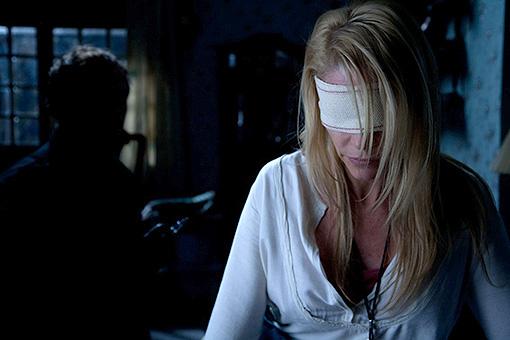 """""""Los ojos de Julia"""". Belén Rueda ciega intuye una presencia en la oscuridad"""
