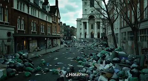 """Imagen de """"Contagio"""". Calles abandonadas y basura acumulada"""