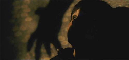 """Fotograma de """"Intruders"""". La mano del monstruo también recuerda a """"Insidious"""""""