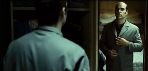 """Luis Tosar. Fotograma de """"Mientras duermes"""". Los espejos parecen omnipresentes"""