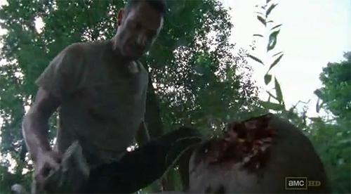 """""""The Walking Dead"""". Un Rick desbocado mata a un zombi armado con un simple pedrusco"""