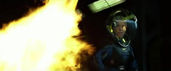 """Charlize Theron en """"Prometheus"""" usando el lanzallamas ¿no os recuerda a Ripley?"""