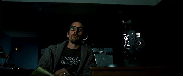 """Imagen de los dos protagonistas de """"Sinister"""": Ethan Hawke y el proyector."""