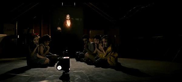 """""""Sinister"""". Imagen de lo que parece un Aquelarre presidido por el espíritu-demonio y el omnipresente proyector"""