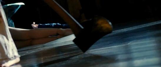 """Imagen de """"Sinister"""". El hacha recuerda también al clásico """"El resplandor"""""""