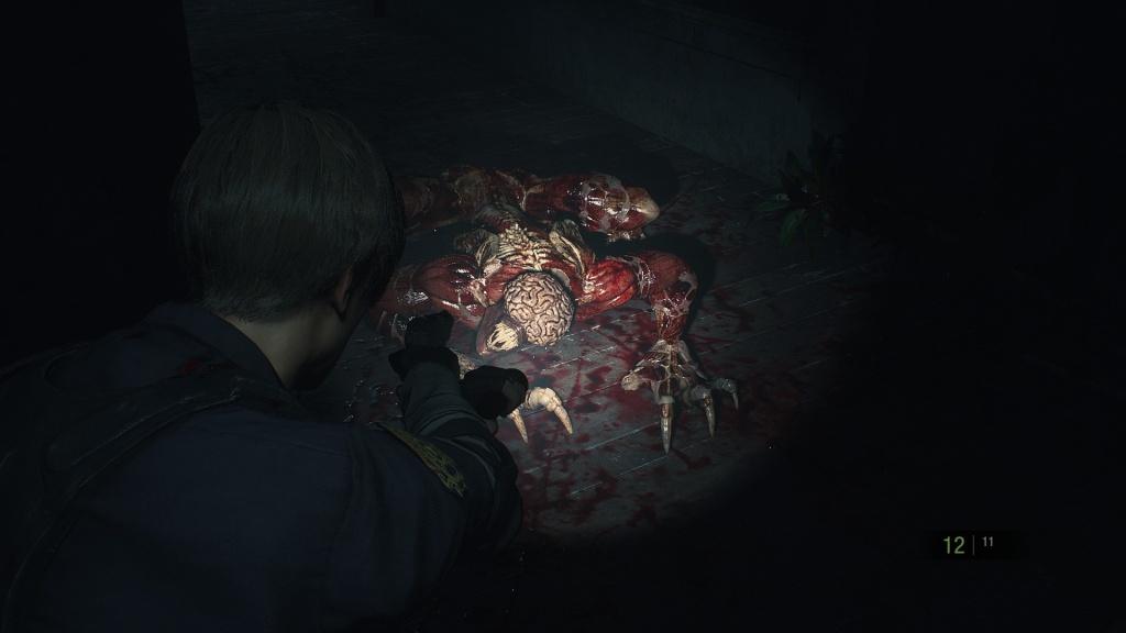 Licker en Resident Evil 2 (2019). Al apuntar la cámara se acerca más al personaje jugable. Entre la primera y la tercera persona