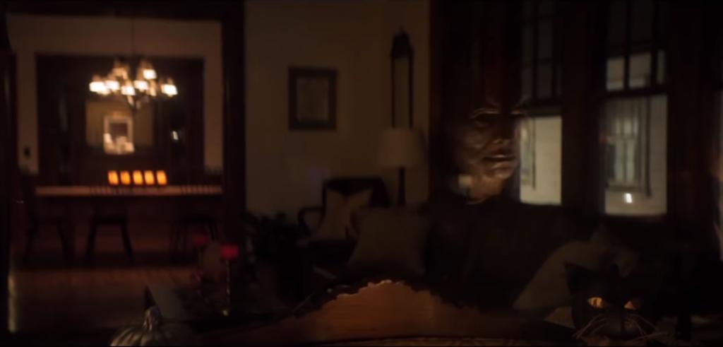 En esta excelente escena en la que la cámara permanece estática Michael Myers comete un asesinato innecesario para alcanzar su objetivo
