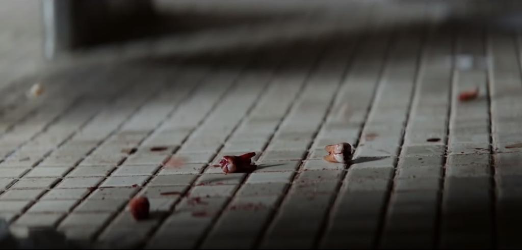 Michael Myers también colecciona dientes, como una versión oscura del ratoncito Pérez. La representación de la violencia aumenta respecto a la película original
