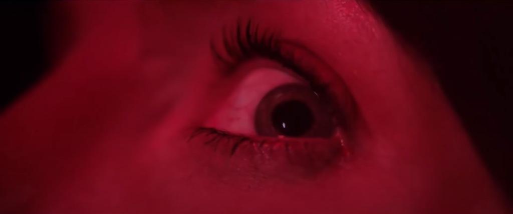 Un plano muy de Argento: color rojo y primer plano del ojo aterrorizado de la protagonista